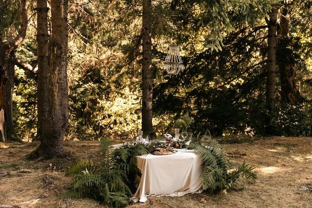 Decorazioni sulla tavola festiva, stile rustico, decorazioni sulle tavole.