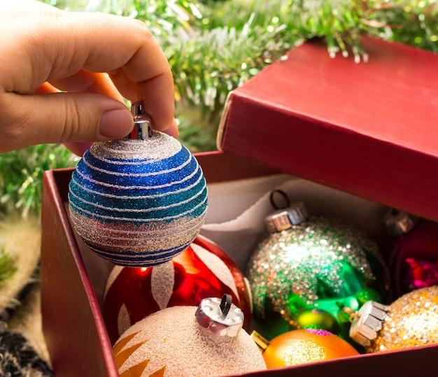 Decora un albero di natale con palline vintage giocattoli