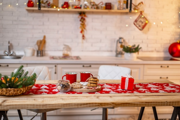 Decora l'interno della cucina con decorazioni natalizie