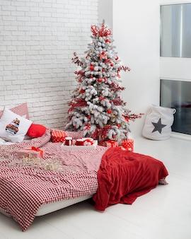 Camera da letto decorata per le vacanze di natale con l'albero di natale