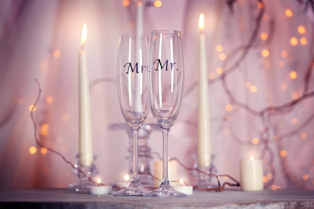 Bicchieri di champagne decorati per matrimonio gay sul tavolo