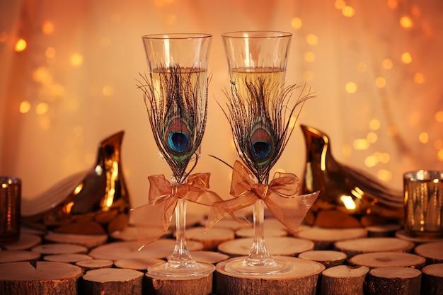 Bicchieri di champagne decorati per matrimonio sul tavolo