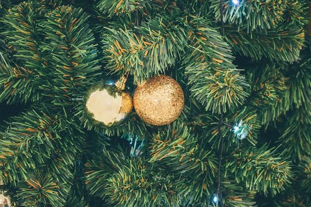 Palla di natale decorata sulle vacanze di capodanno dell'albero di abete