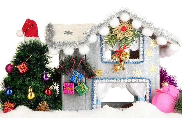 Casa di natale decorata isolata su bianco