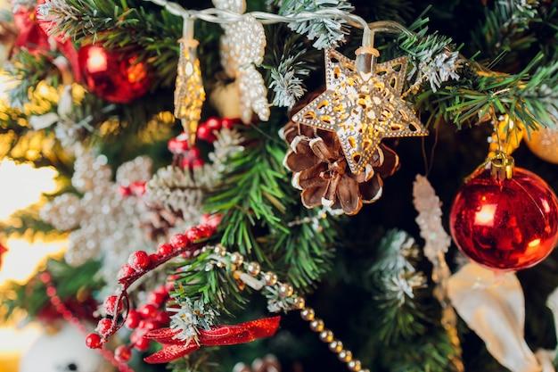 Albero di natale decorato su sfondo sfocato, scintillante e fatato