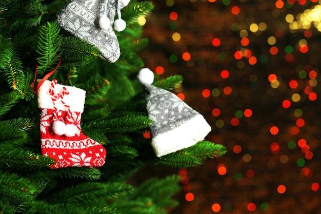 Albero di natale decorato su sfondo sfocato, scintillante e fiabesco