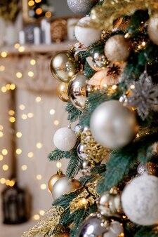 Albero di natale decorato su sfocato, scintillante e fatato