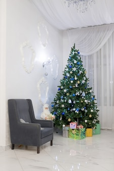 Albero di natale decorato e scatole regalo in soggiorno. natale classico