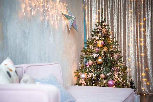 Albero di natale decorato nel soggiorno con divano