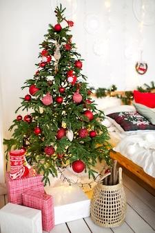 Albero di natale decorato nel soggiorno