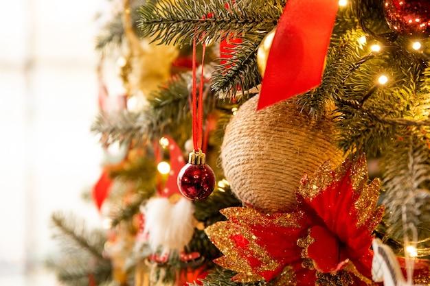 Primo piano dell'albero di natale decorato nella stanza