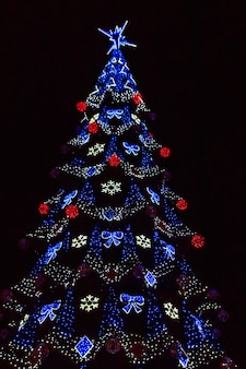 Albero di natale decorato con luci multicolori di notte