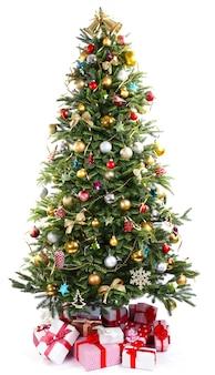 Albero di natale decorato con regali sotto isolato su bianco