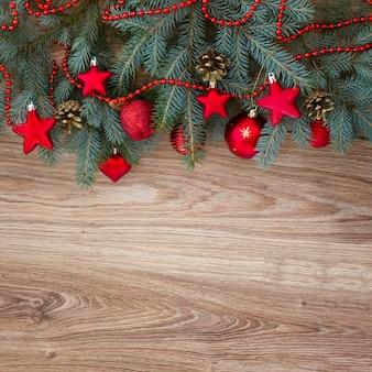 Bordo decorato dell'albero di abete su fondo di legno