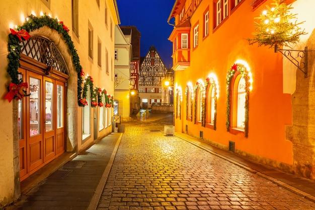 Decorate e illuminate la notte di natale street nel centro storico medievale di rothenbur ob der tauber, baviera, germania meridionale