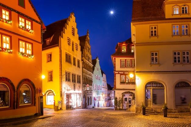 Piazza di natale decorata e illuminata nel centro storico medievale di rothenburg ob der tauber, baviera, germania meridionale