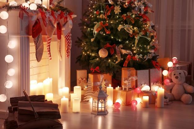 Soggiorno decorato con un bellissimo albero di natale