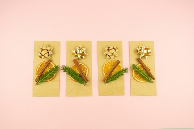 Pacchetti decorati pronti per i regali di natale e capodanno. lay piatto