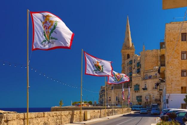 Strada decorata nella città vecchia di la valletta, malta