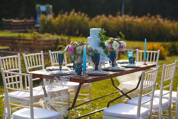 Decorato per la tavola da pranzo elegante di nozze in giardino