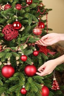 Decorare l'albero di natale in primo piano