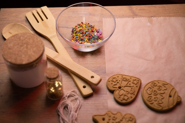 Decorazione di elementi di biscotti allo zenzero vista dall'alto