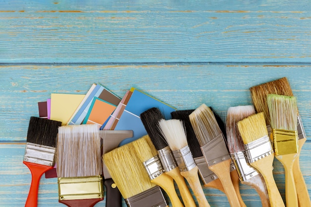 Decorando gli strumenti del pennello e la scelta della tavolozza dei colori con la vista dello spazio della copia