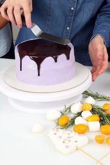 Decorazione decorazione torta con glassa al cioccolato