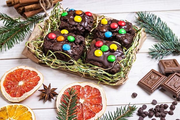 Decorazione dolci natalizi al cioccolato su fondo in legno chiaro