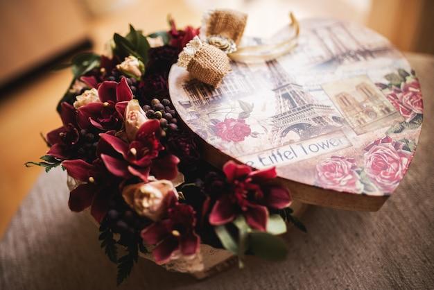 Bouquet di fiori decorativi. confezione regalo sorpresa.