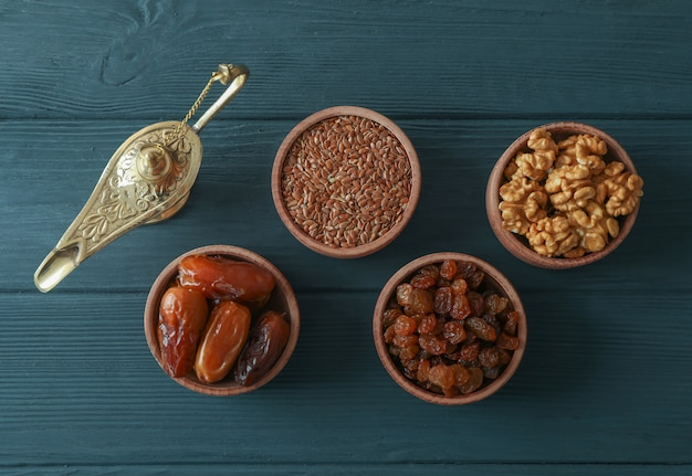 Decorazione e cibo della vacanza di ramadan kareem su fondo di legno