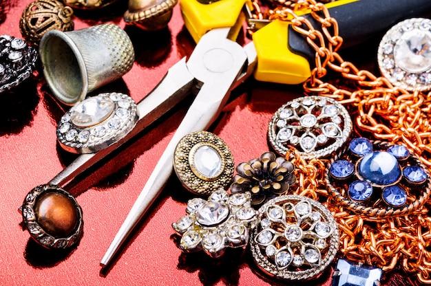 Collana di gioielli decorativi