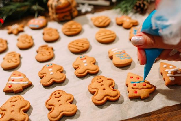 Processo di decorazione del panificio natalizio.