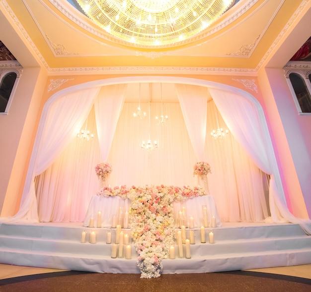 Decorazione di un banchetto di nozze in un ristorante, sala per matrimoni