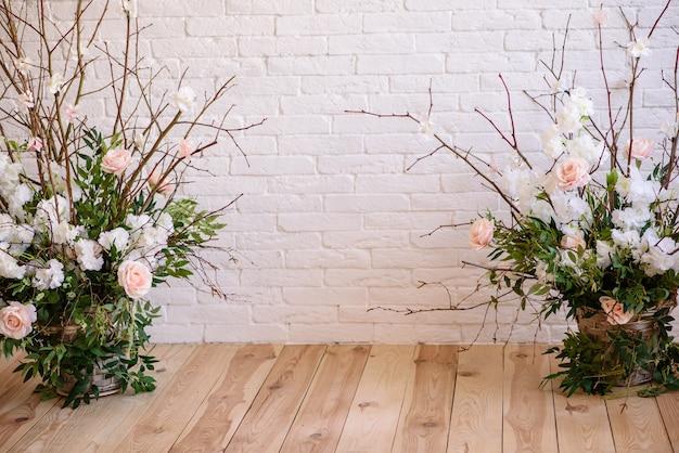 Decorazioni di rami con bellissimi fiori rosa e bianchi nel cesto
