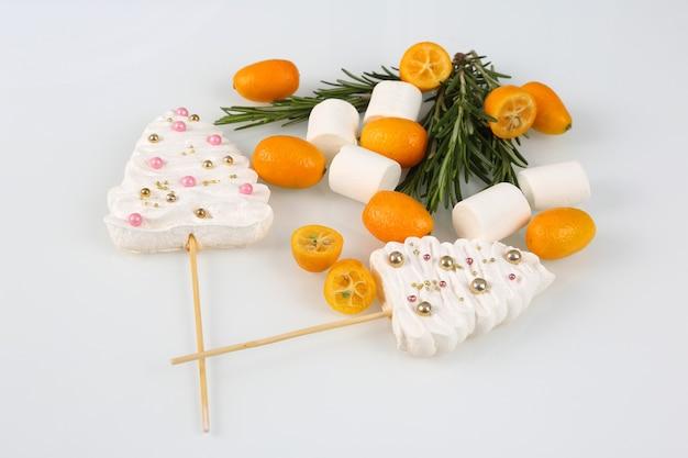Decorazioni di frutta e dolci per la torta