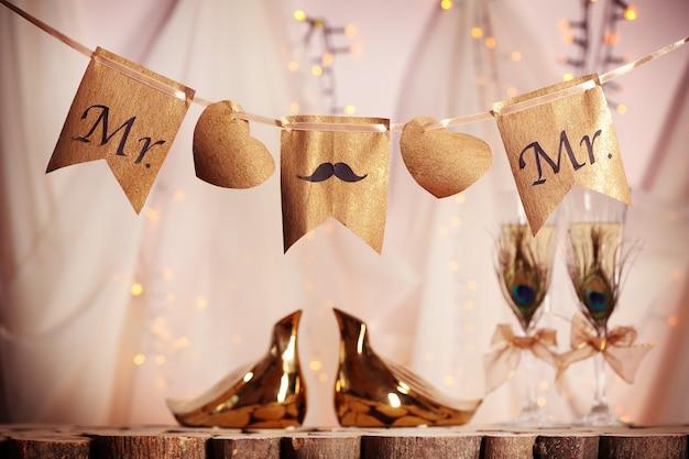 Decorazioni per matrimonio gay su sfondo sfocato