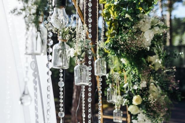 Decorazioni per cerimonie nuziali all'aperto sotto forma di mini vasi e bouquet
