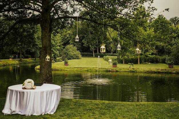 Decorazioni per la cerimonia di matrimonio vicino al lago nella foresta.
