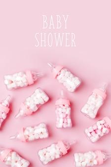 Biberon decorativi per il latte con caramelle. decorazioni per baby shower party. disposizione piatta, vista dall'alto