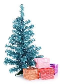 Albero di natale decorativo con regali isolato su bianco
