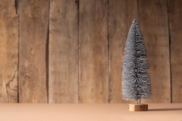 Albero di natale decorativo su uno sfondo di legno. capodanno.