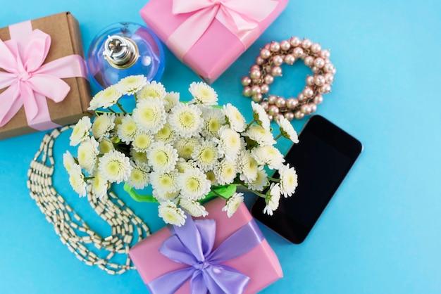 Le scatole decorative della composizione con i regali fiorisce la festa di compera dei gioielli delle donne