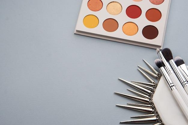 Ombretti e pennelli cosmetici decorativi su una catena di supporto