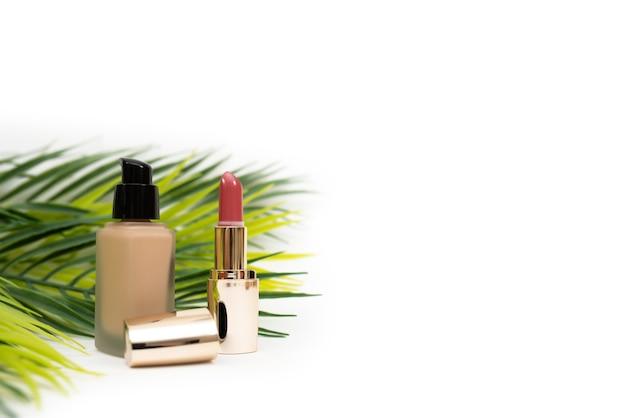 Cosmetici decorativi. fondotinta e rossetto. isolato su sfondo bianco.
