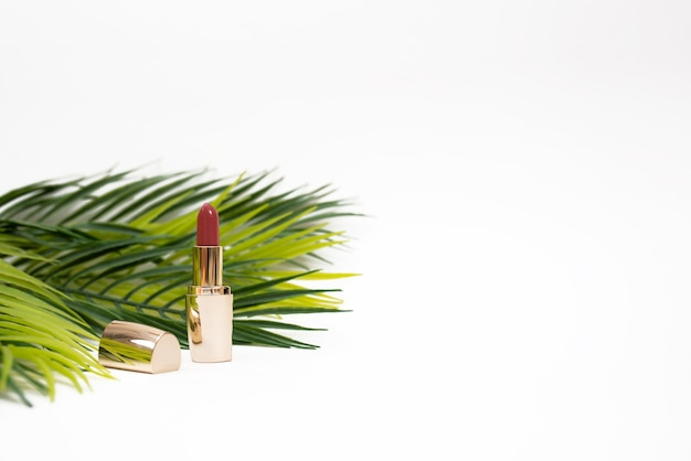 Cosmetici decorativi. il rossetto è rosa scuro. isolato su sfondo bianco.