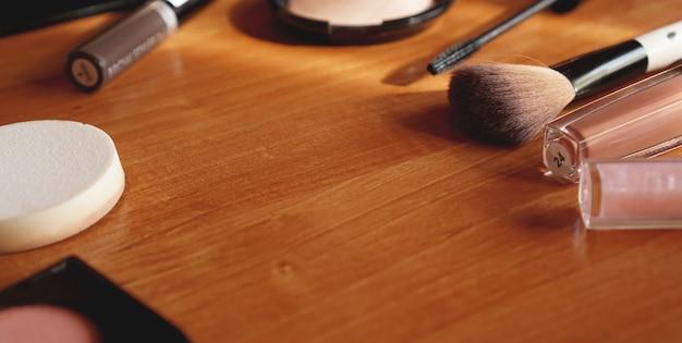 Cosmetici decorativi su fondo in legno vista dall'alto e dal retro