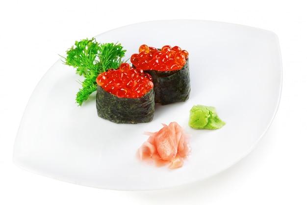 Caviale sushi piatto decorativo. su un piatto bianco