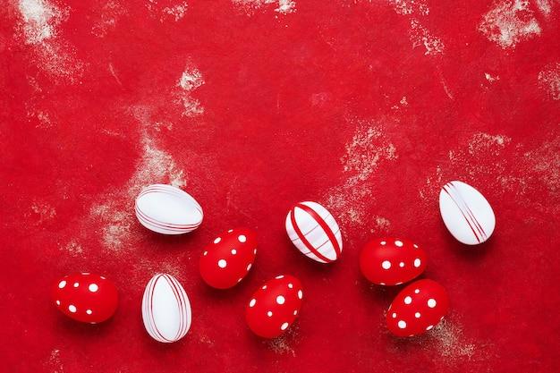 Uova di pasqua decorative su uno sfondo rosso brillante