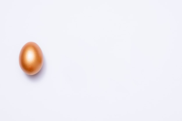 Uovo di pasqua dorato decorativo